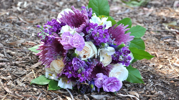 http://flowerduet.com/wordpress/wp-content/uploads/2014/05/purple-bouquet-flowerduet-628x353.jpg