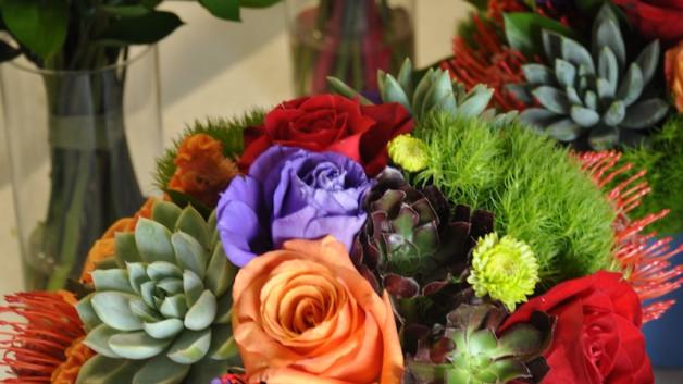 http://flowerduet.com/wordpress/wp-content/uploads/2014/06/centerpiece-bright-flowers-succulents-628x353.jpg