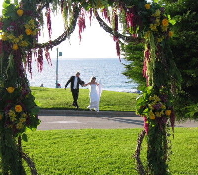 http://flowerduet.com/wordpress/wp-content/uploads/2014/06/wedding_arch_redondo_lg-400x353.jpg