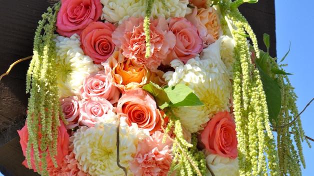 http://flowerduet.com/wordpress/wp-content/uploads/2014/07/flowerduet-coral-colored-arch-pvgolf-detail-628x353.jpg