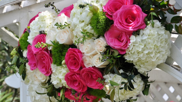http://flowerduet.com/wordpress/wp-content/uploads/2014/07/flowerduet-pink-white-arch-detail-628x353.jpg