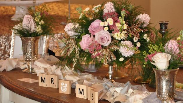 http://flowerduet.com/wordpress/wp-content/uploads/2014/07/flowerduet-sweetheart-table-centerpiece-628x353.jpg