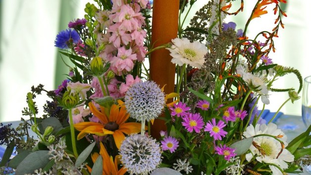 http://flowerduet.com/wordpress/wp-content/uploads/2014/07/flowerduet-wildflower-centerpiece-628x353.jpg