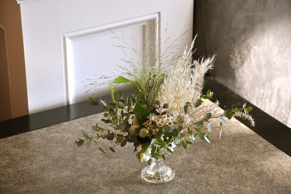 flowerduet.com-blue-seaglass-bottles-beach-wedding-flowers-coffee-table