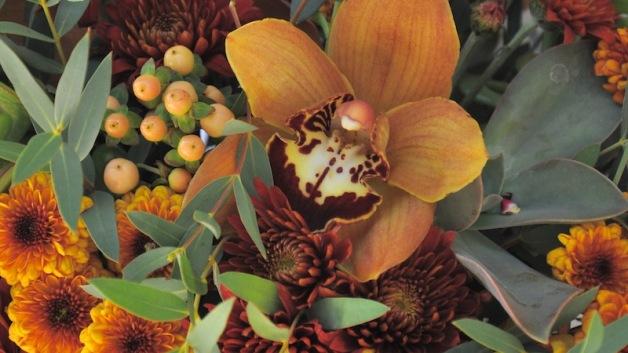 https://flowerduet.com/wordpress/wp-content/uploads/2014/11/orchid-thanksgiving-centerpiece-closeup-628x353.jpg