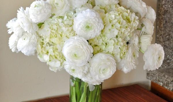 http://flowerduet.com/wordpress/wp-content/uploads/2014/12/flowerduet.com-white-ranuncs-design-600x353.jpg