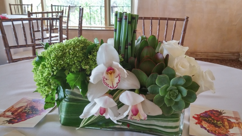 modern-green-white-centerpiece